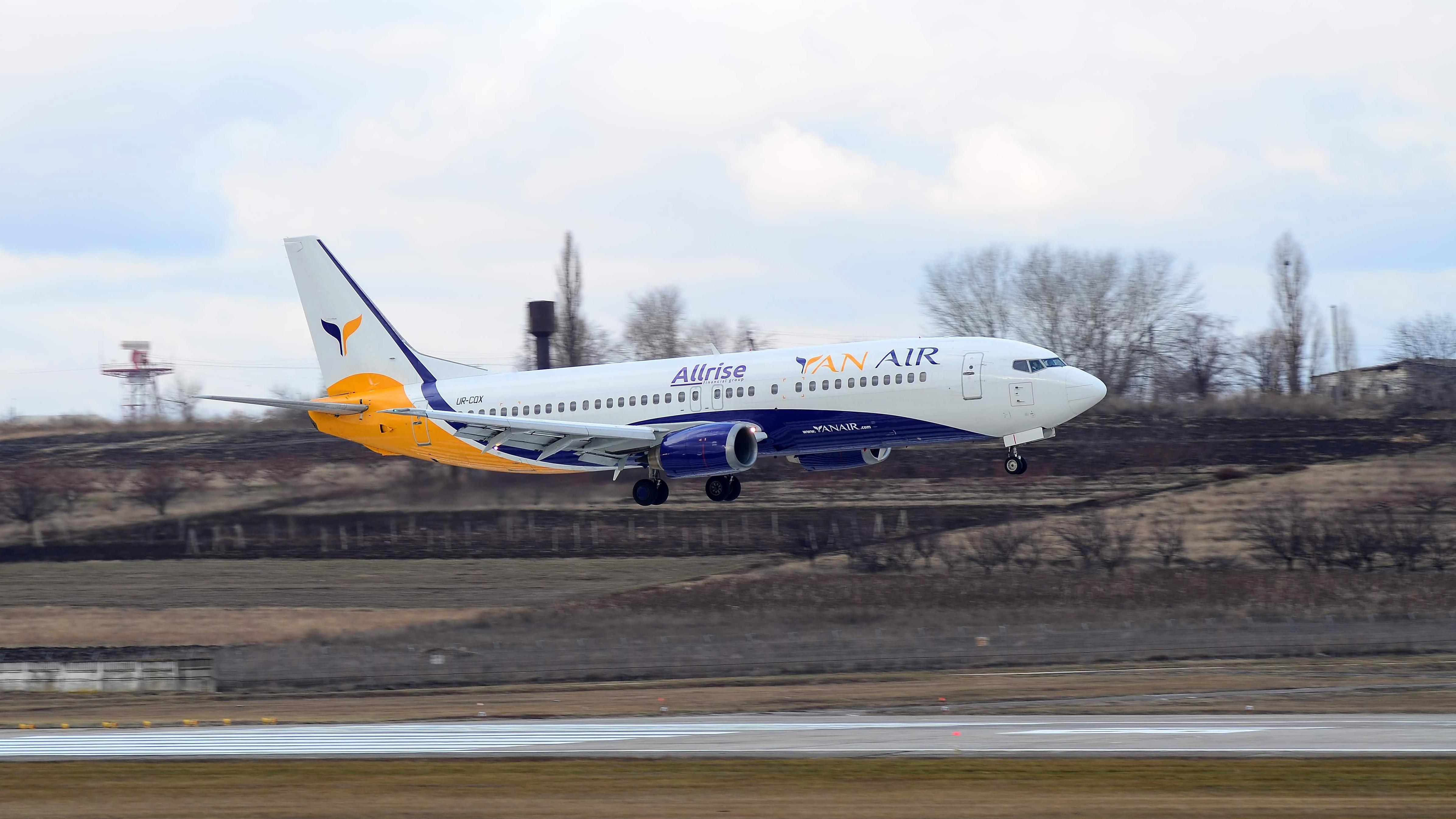 Boeing 737 UR-CQX