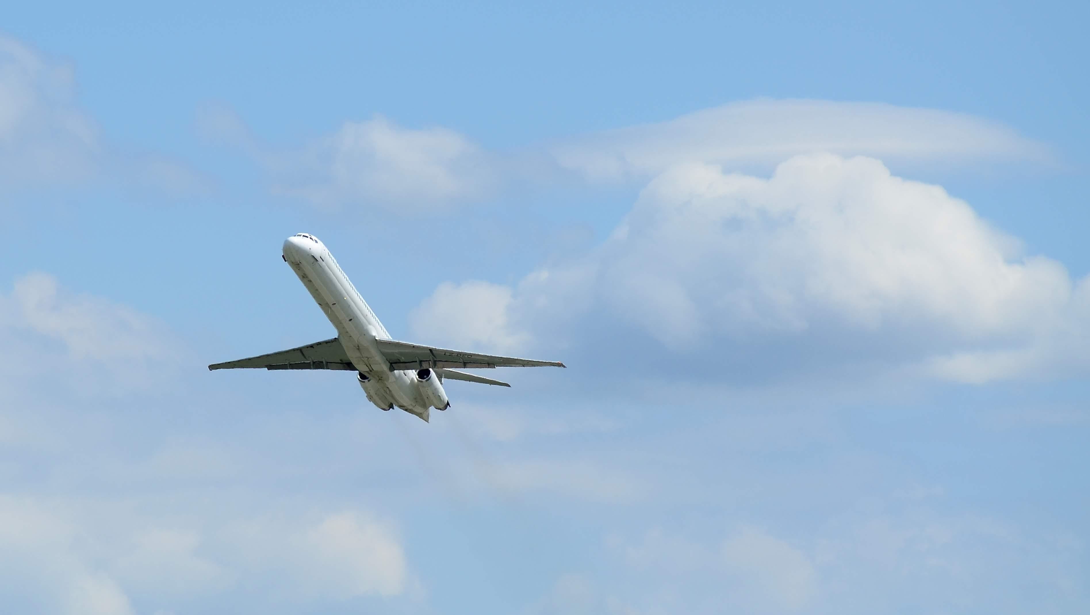 McDonnell Douglas MD-82 LZ-DEO